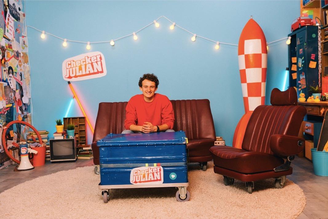 """Julian Janssen im Fernsehstudio von """"Checker Julian""""."""